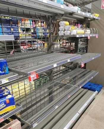 shelves-4937122_1920